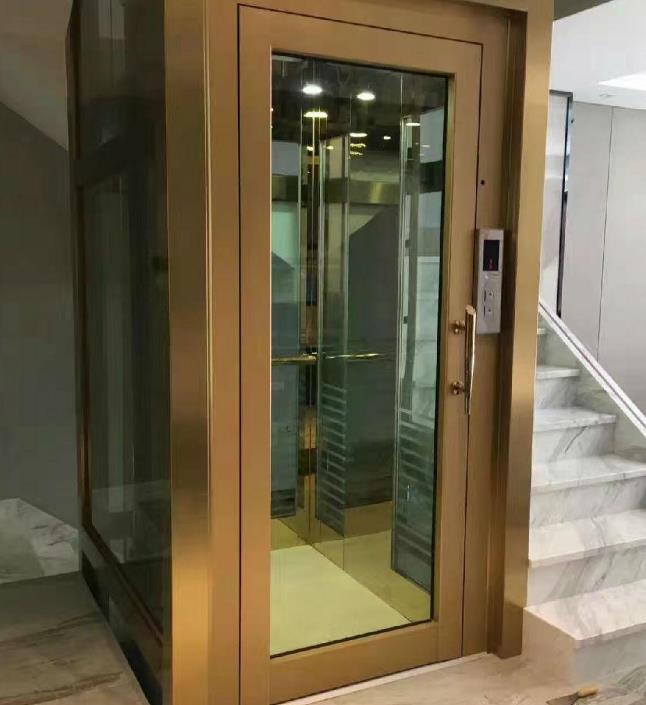 規范別墅電梯操作工、維修保養人員的作業行為。別墅電梯操作工、維修保養人員必須取得相應的特種設備作業人員證書后才可以上尚工作。作業時嚴格按照相關的安全操作規程進行,不違章操作。 在家里安裝一個屬于自己的私人電梯已成為很多成功人士的追求,但由于預留空間的限制在家里,只能選擇小電梯,但由于技術的限制,許多國內電梯艱難的真實。對傳統家用電梯牽引式的空間利用率僅為40%,這本身就是一個致命的小電梯,和液壓電梯會不時液壓油的味道在家里,如果你有一個客人在家里將不可避免地帶來一些尷尬,同時也對身體有一定的傷害。家用小