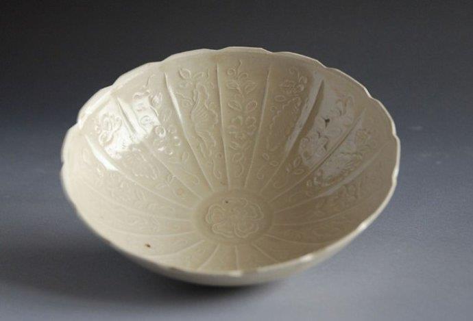 鉴定一件古陶瓷器要做以下四个方面的工作: 1.辨伪:即鉴定这件陶瓷确是真品,还是后代的仿品或伪作。这是鉴定工作的步,也是关键的一步。例如,一件带有大清康熙年制年款的瓷器,应鉴别出它确是康熙时期制作的瓷器,还是后代仿造的伪品,要仔细识别。 2.断代:即鉴定陶瓷制作的时代。例如,龙泉窑瓷器,宋、元、明均有生产,要鉴别出它是宋代、还是元代事明代的产品。 3.