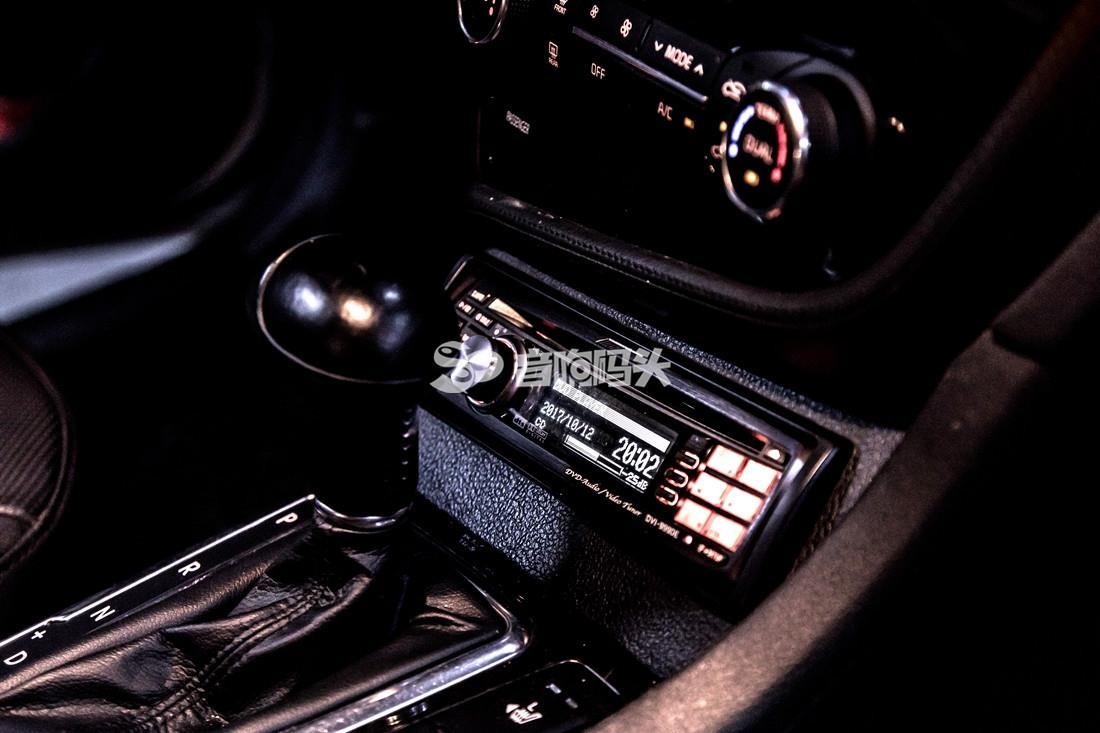 如果在汽车音响改装之后不注意隔音,那么车主的享受可能会给路人带来很大的困扰。  众所周知,现如今音乐风格可谓是百花齐放,什么摇滚、DJ、流行乐、声乐、人声等等都拥有许多受众人群。  汽车音响既然是音响的一种,属于音响选购的要点大致上是差不多的,是看个人对音质、音色的要求。这里特别要提的是因为在车内使用而产生的差异点。 众所周知,现如今音乐风格可谓是百花齐放,什么摇滚、DJ、流行乐、声乐、人声等等都拥有许多受众人群。 建议首先要针对听音乐的喜好,选择适合的品牌与风格,合理搭配器材,尤其是应该做好线材的选择和