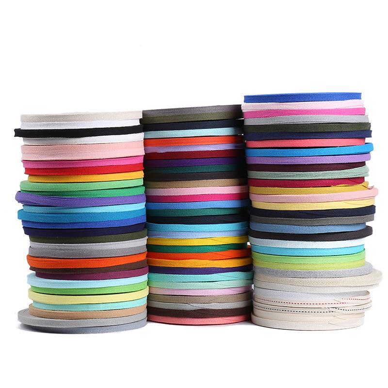 由于松紧带所使用的面料有很多,广泛应用于在不同的使用领域。因此,厂家会根据客户的要求、使用方式以及使用环境选用合适的面料进行生产。 生托什先利用橡胶的特性,把橡胶放在两层织物之间而发明了防水胶布。汉考克于1820年获得了初的松紧带专利,他的松紧带实际上是用于衣服或靴子的橡皮带,用粘胶固定。 夏布:是传统纺织品,织物颜色洁白,光泽柔和,穿着时有清汗离体、挺括凉爽的特点。 提花后织带外观立体精美,提花图案经久耐摩,永不变形。品牌提花,标志清晰可见,色泽鲜艳,很有档次,既可增加产品附加值,又能提升品牌形象。 适