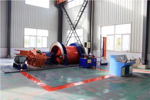 摩擦式矿井提升机的提升绳搭挂在摩擦轮上,利用与摩擦轮衬垫的摩擦力