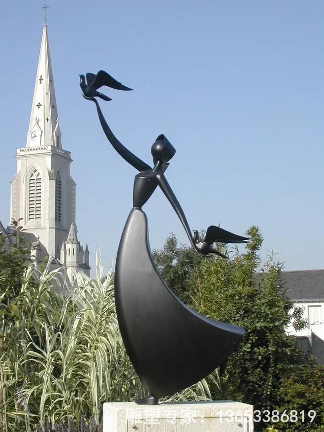 不锈钢雕塑是静态的、可视的、可触的三维物体